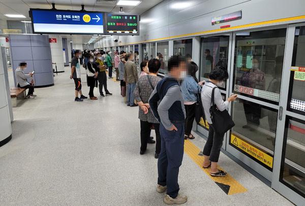 수인선 개통 첫날인 12일 고색역 승강장에서 시민들이 열차를 타려고 대기하고 있다.